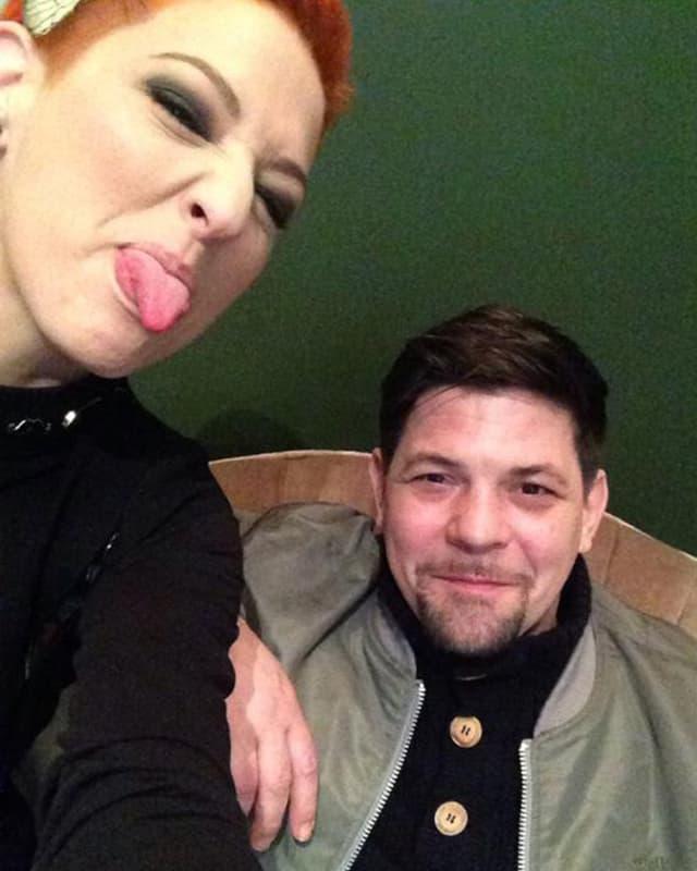 Meta Hiltebrand auf einem Selfie, auf dem sie die Zunge rausstreckt.