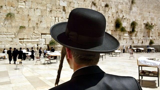 Ein Jude steht vor der Klagemauer.