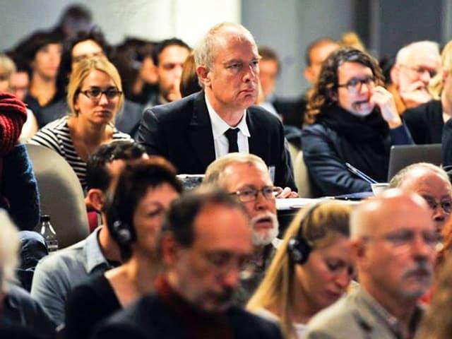 Martin Rowson in Brüssel. Er ist umgeben von Menschen.