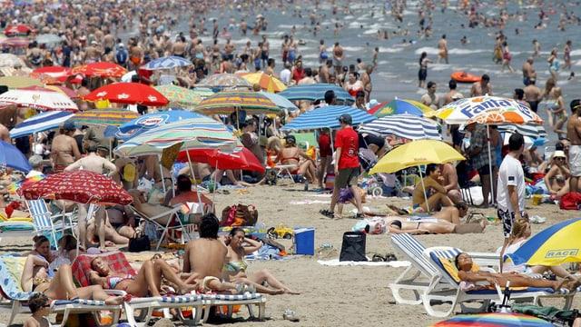 Zahlreiche Menschen am Strand bei Valencia