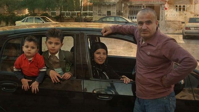 eine Fotografie einer Familie im Auto