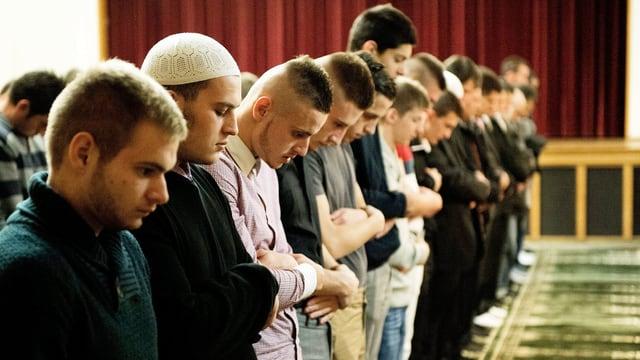 Junge Muslime, die beten.