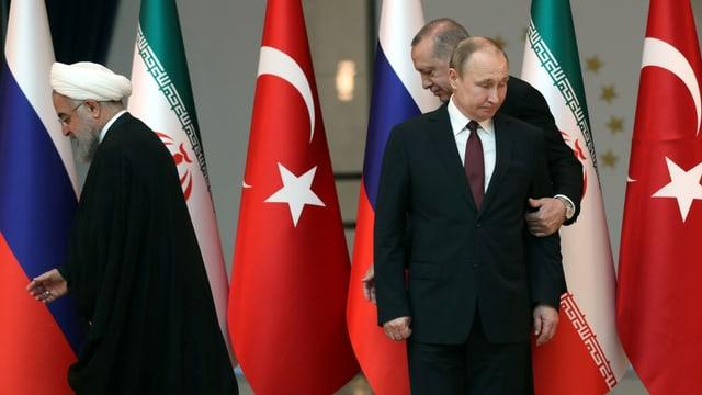 Rohani, Erdogan und Putin vor Flaggen der drei Länder Iran, Türkei und Russland.