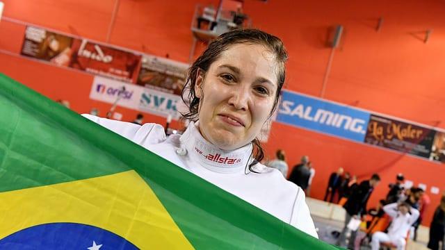 Tiffany Géroudet hält die brasilianische Flagge in die Höhe