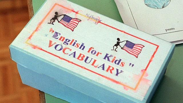 Lernbox mit englischen Wörtchen drin für den Unterricht von Frühenglisch an Primarschulen.