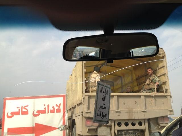Kurdische Peschmerga hinter der Front bei Kirkuk. «Vorübergehende Umleitung» steht auf dem Schild.