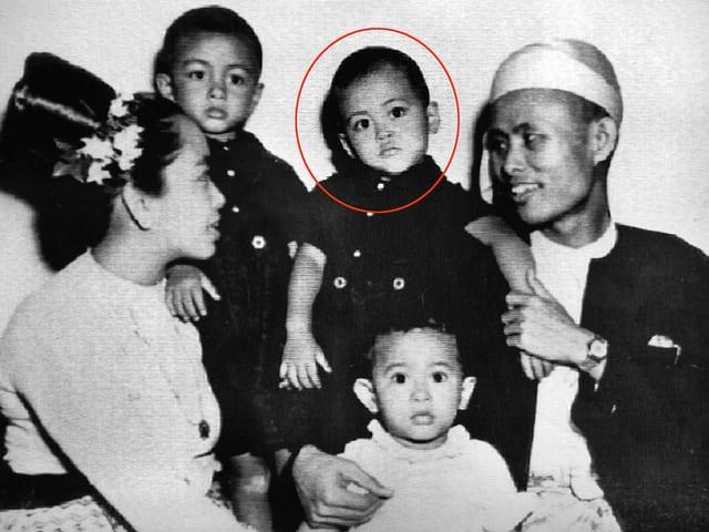 Aung San Suu Kyi im Kreise ihrer Eltern und ihrer beiden Brüder.