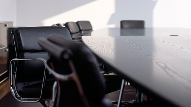 Ein leeres Sitzungszimmer.