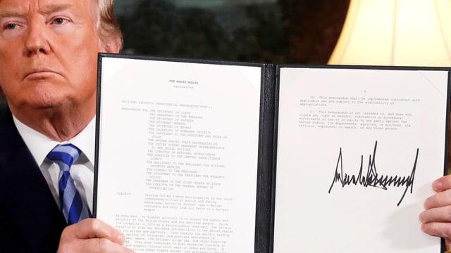 Trump mit Dokument