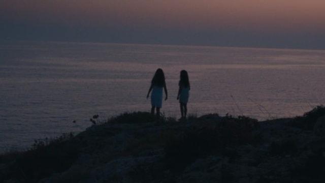 Zwei Kinder auf einer Klippe.