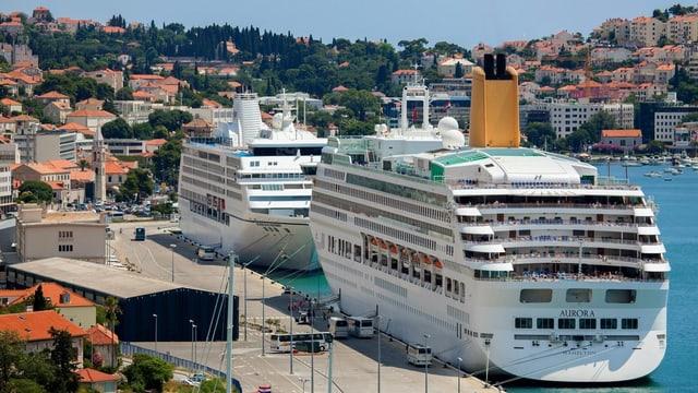 Zwei Kreuzfahrtschiffe im Hafen von Dubrovnik