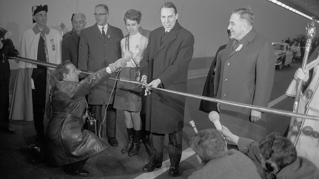 Il cusseglier federal Hans-Peter Tschudi (1913 - 2002) tar l'avertura dal tunnel.