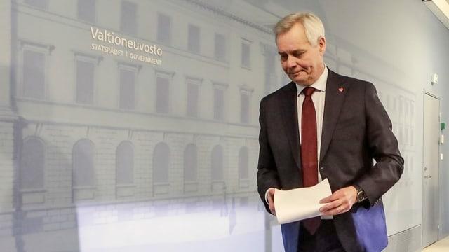 Antti Rinne geht vom Podium mit einem weissen Zettel in der Hand