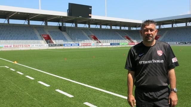 Urs Fischer, der Trainer vom FC-Thun steht auf dem Spielfeld der Arena Thun.