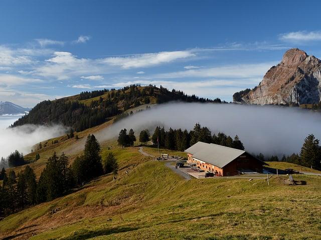 Blauder Himmel, Berghütte, Nebelmeer.