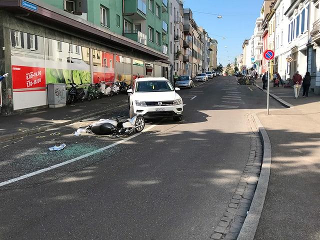 Strasse mit beschädigten Fahrzeugen.
