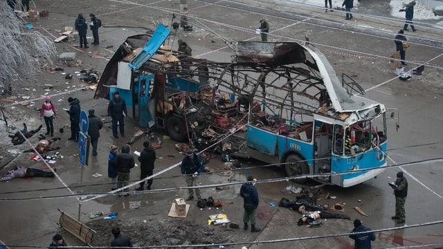 Der durch den Anschlag total zerstörte Bus in Wolgograd.