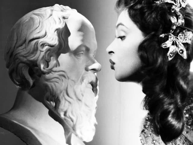 Schauspielerin Nadja Tiller vor einer Sokrates-Büste im Film «Gestatten, mein Name ist Cox».