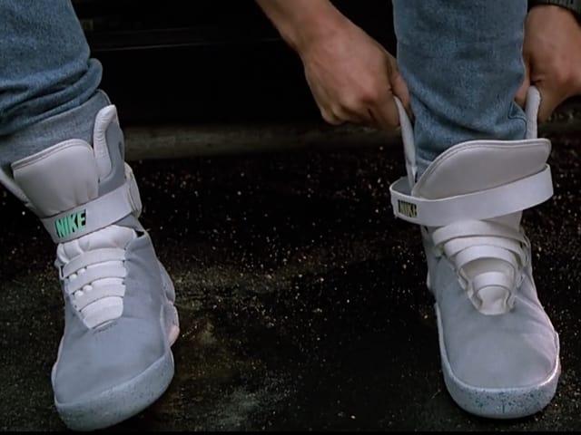 Gross zwei Beine mit Nike Turnschuhen.