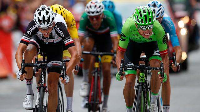 Ils ciclists Uran e Barguil en il spurt final ch'è stà fitg stretg.