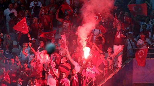 Türkische Anhänger zünden Bengalos.