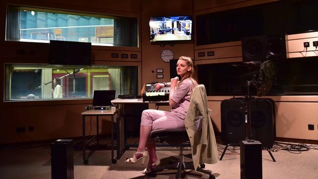 Schauspielerin in einem Radio-Regie-Raum.