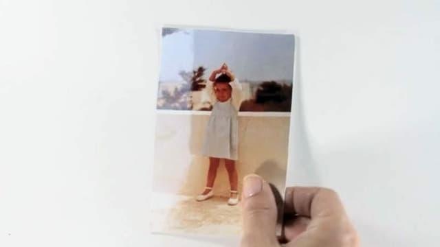 Eine alte Fotografie eines kleinen Mädchens.
