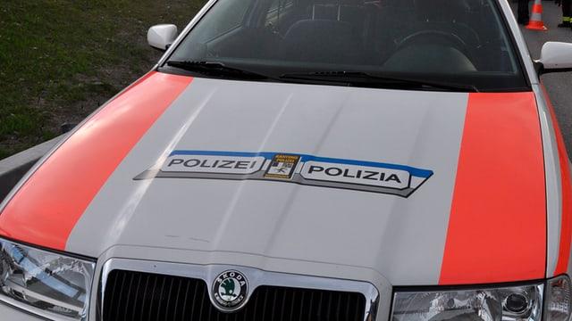 La part davon d'in auto da polizia.