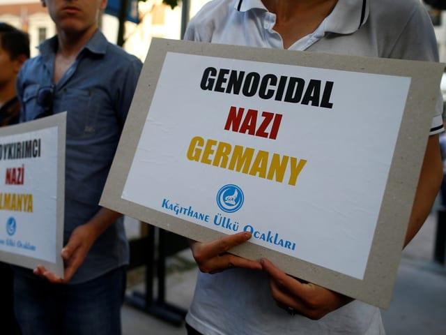 Demonstranten vor dem deutschen Konsulat in Istanbul.