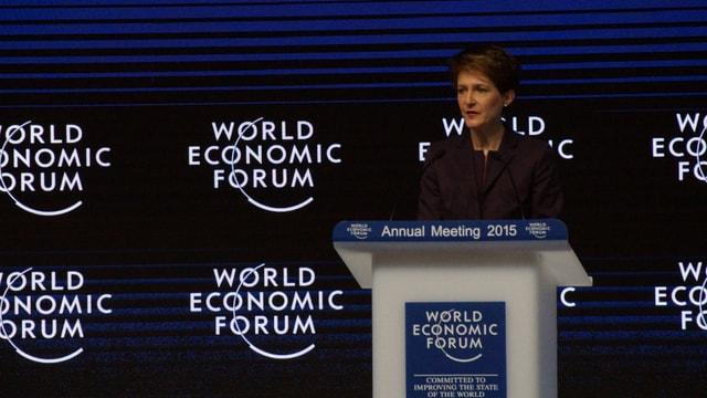 La presidenta da la confederaziun Simonetta Sommaruga tar ses pled d'avertura al WEF 2015.