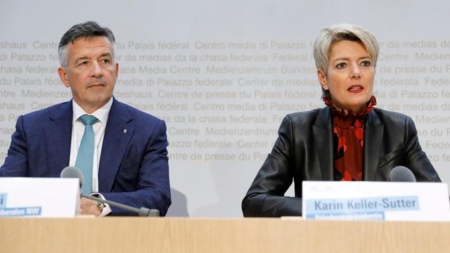 Hans Wicki und Karin Keller-Sutter an einer Medienkonferenz.