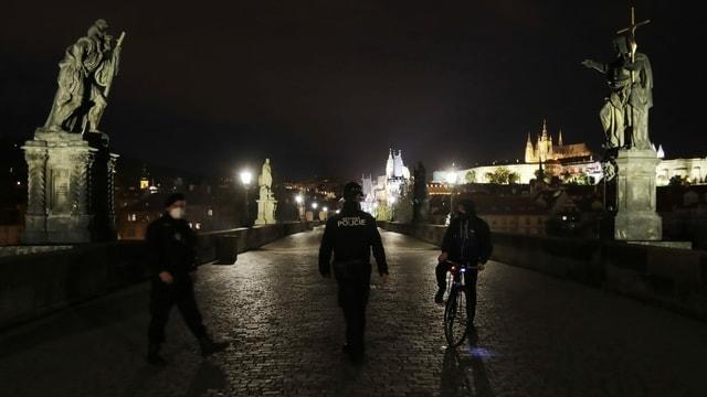 Polizisten kontrollieren Passanten
