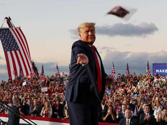 Donald Trump wirft eine Maske ins Publikum an einer Wahlkampfveranstaltung in Florida.