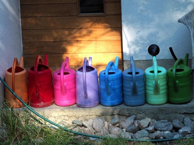 Giesskannen in verschiedensten Farben