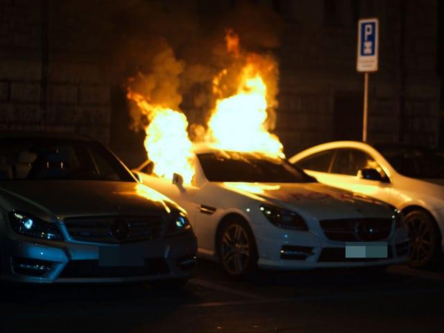 Ein brennendes Auto in der Zürcher Innenstadt. (keystone)