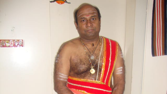 Ramakrishna Sarma, Hindu-Priester in Luzern, in traditioneller Priesterkleidung.