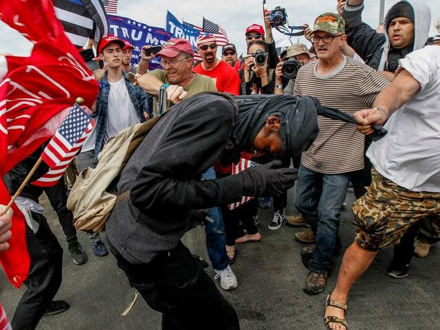 Trump-Gegner und Befürworter gehen aufeinander los.