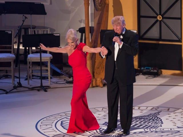 Kellyanne Conway gemeinsam mit Donald Trump auf der Bühne.