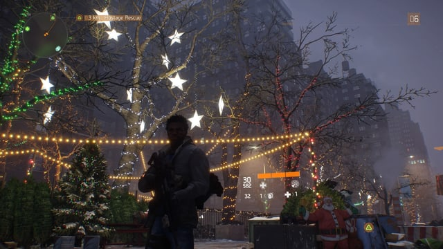 Mit Lichterketten behängte Bäume.
