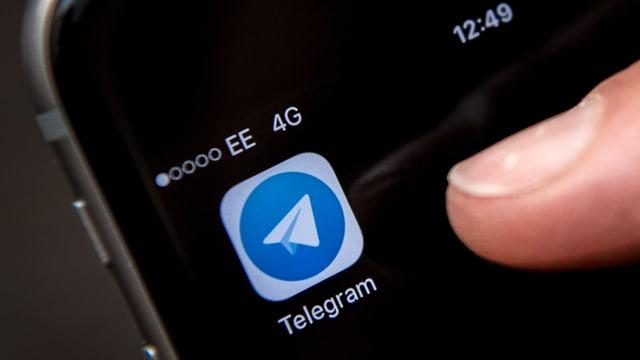 Ein Smartphone mit der App Telegram.