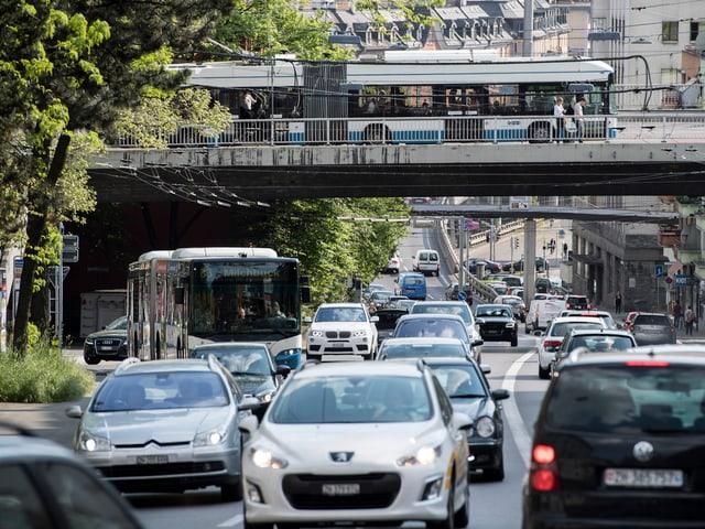 Autokolonnen, Bus, Brücke, viel Verkehr