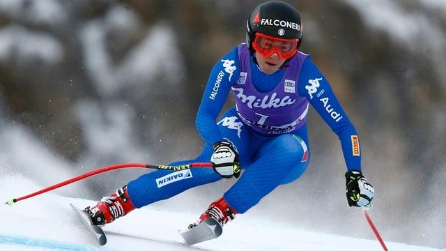 Sofia Goggia va cun skis.