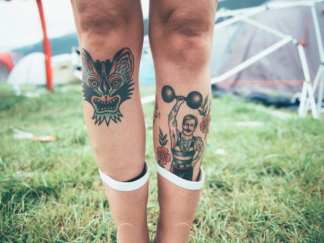 Beine von Festivalbesucherin