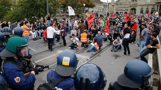 Polizisten stehen Demonstranten gegenüber.