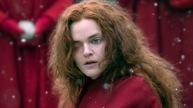 Eine Frau im roten Gewand.