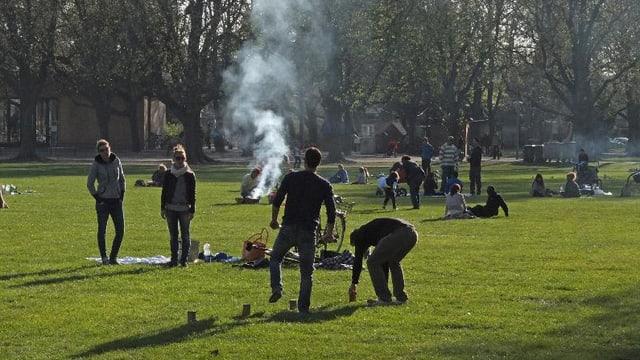 Schützenmattpark mit spielenden und brätelnden Besuchern