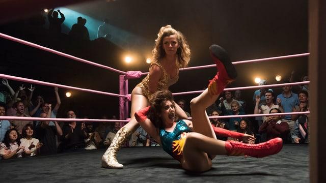 Die Freundinnen Ruth und Debbie geben sich im Wrestling-Ring aufs Dach.