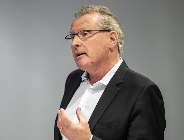 Heinz Tännler gestikuliert