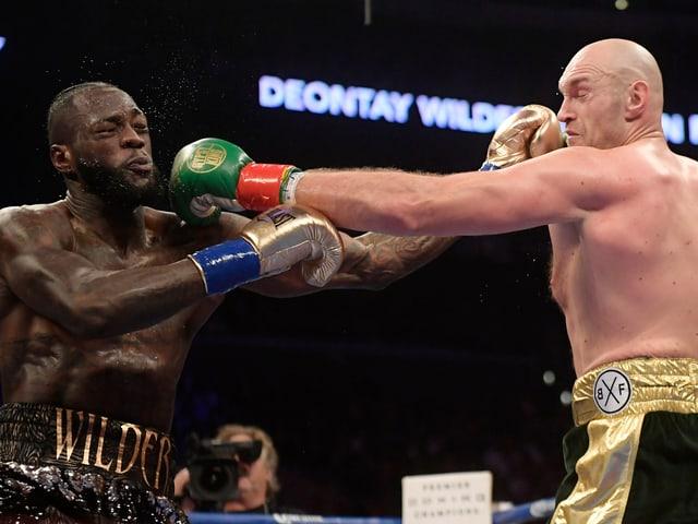 Deontay Wilder (links) und Tyson Fury beim WBC-Schwergewichts-WM-Kampf