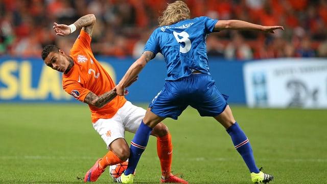 Der Niederländer Gregory van der Wiel kommt gegen den Isländer Birkir Bjarnason ins Straucheln.
